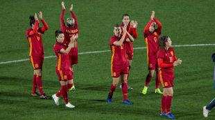 Las jugadoras de la selección española saludan al público de...