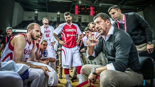 Ufuk Sarica dirigiendo a la selección de Turquía en las Ventanas...