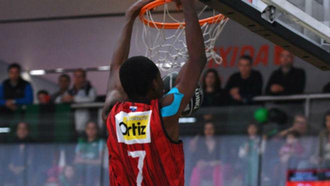 Amadou Doumbia machaca el aro del Divina Seguros Joventut en la...