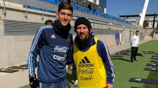 Leonardo Balerdi, con Messi en una concentración argentina.
