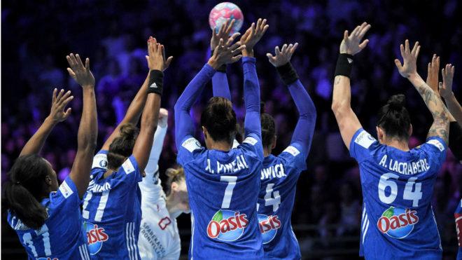 Las jugadoras francesas formando una barrera durante su partido en...