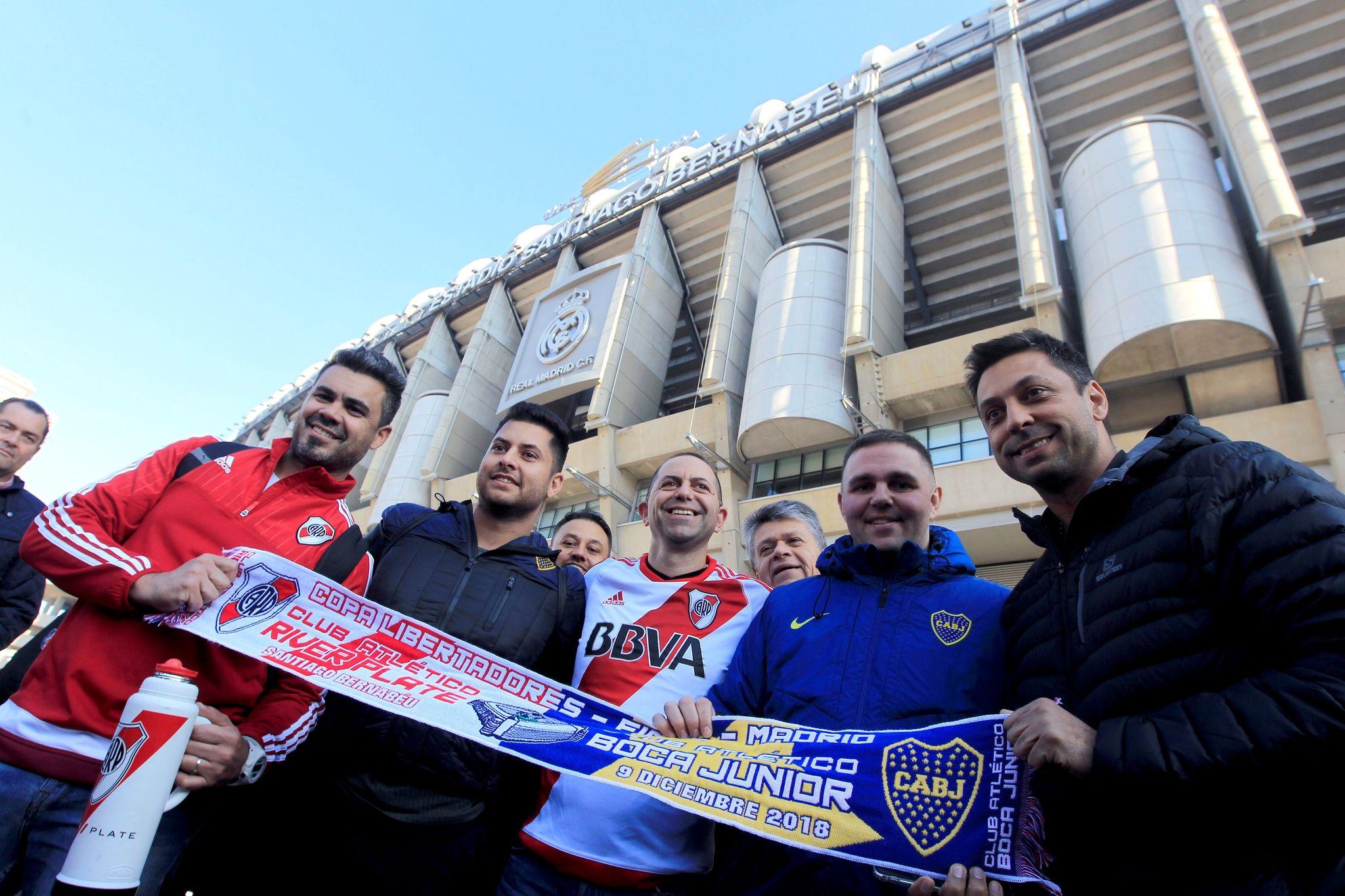 Aficionados de River y Boca, en el exterior del Bernabéu.