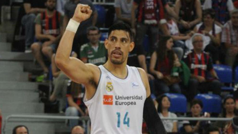 Gustavo Ayón celebra una canasta del Madrid.