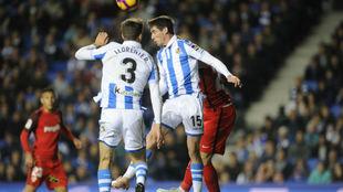 Llorente y Aritz saltan a por un balón ante el Sevilla.