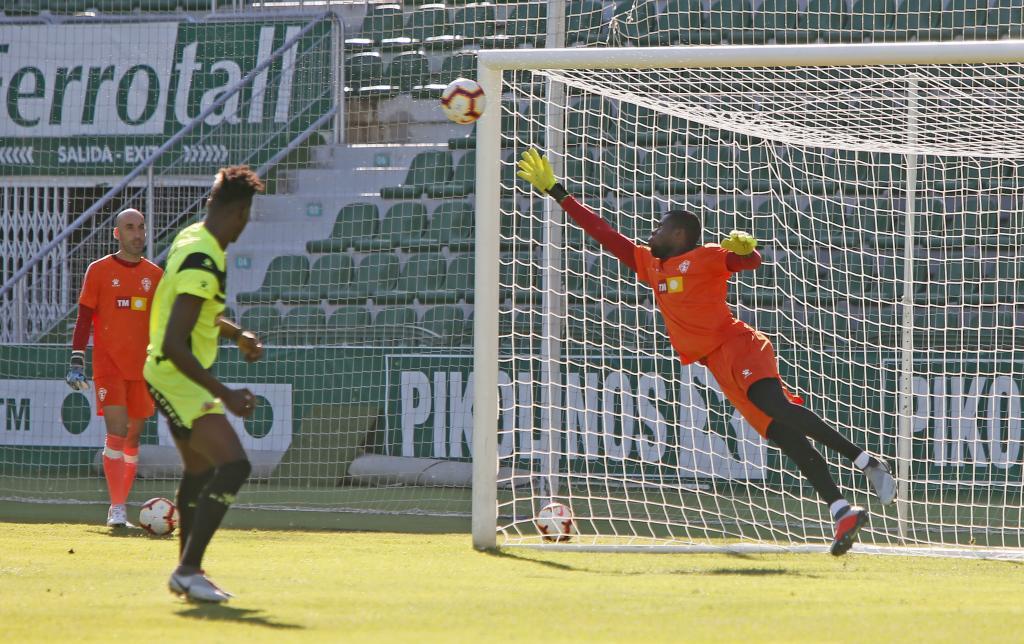 Francis despeja un balón lanzado por Francis Sory  ante la presencia...