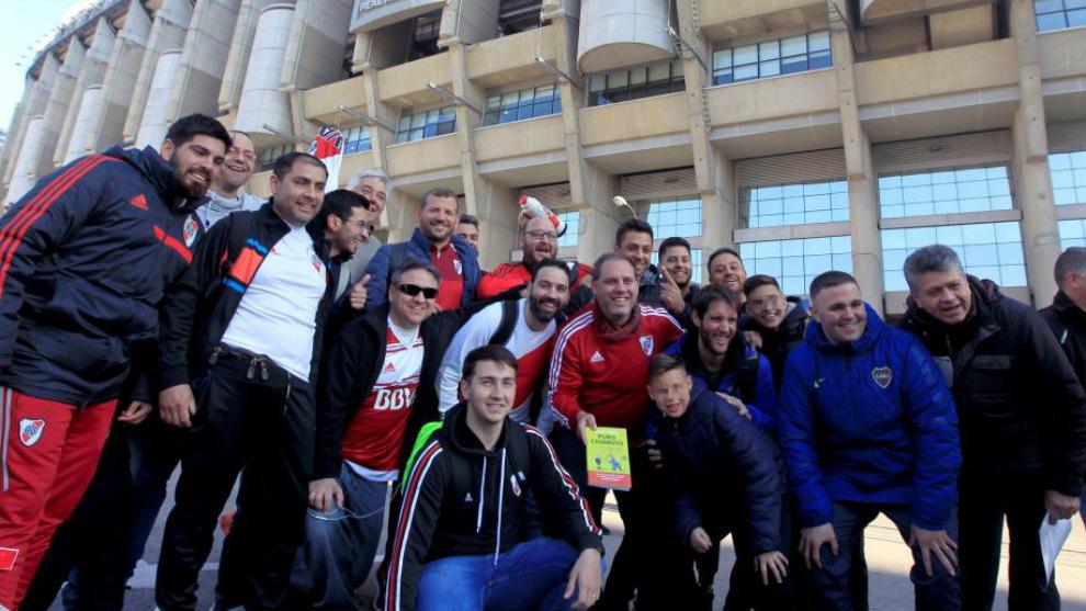 Seguidores de River y Boca posan juntos en el Santiago Bernabéu