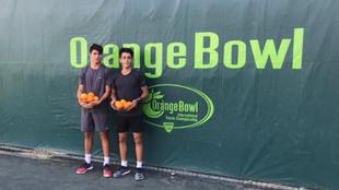 Pablo Llamas y Ángel Guerro, con las fuentes de naranjas que son el...