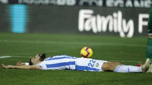 Siovas se lamenta sobre el césped de Butarque en el partido frente al...