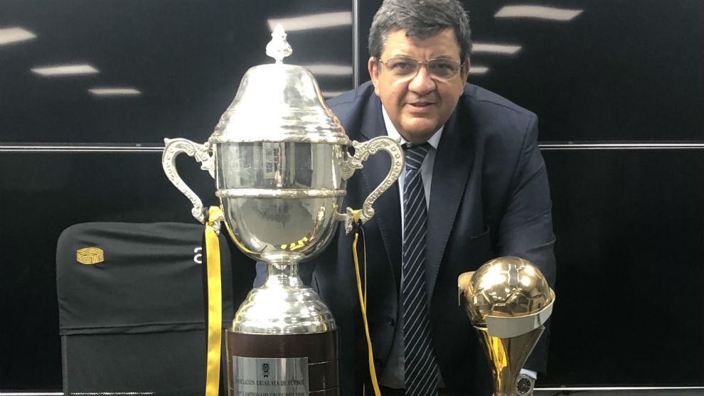 Jorge Barrera posa para MARCA en su estadio con las dos últimas Copas...