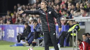Garitano dando órdenes en el partido del Athletic contra el Huesca.