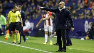 Paco López, durante el choque ante el Athletic en el Ciutat,