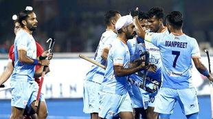 Los indios celebran uno de sus goles ante Canadá.