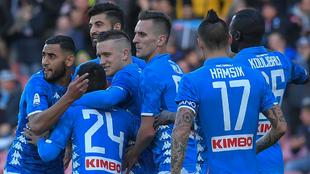 Los jugadores del Nápoles se abrazan celebrando uno de los goles...
