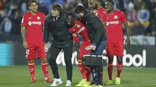 Amath, con gesto de dolor, se toca la rodilla en el partido ante el...