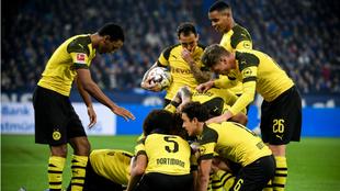 Los futbolistas del Dortmund celebran el triunfo ante el Schalke