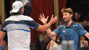 Juan Carlos Ferrero saluda a Goran Ivanisevic.