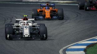 Leclerc por delante de Alonso en un GP de esta temporada.
