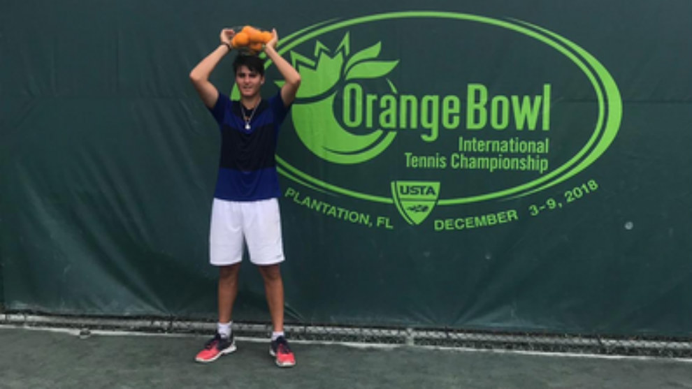 Pablo Llamas, con la fuente de naranjas que es el tradicional trofeo...