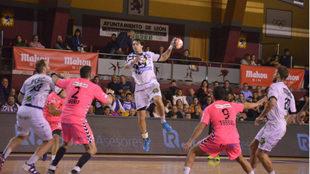 El lateral derecho argentino Fede Vieyra en una acción ante el...