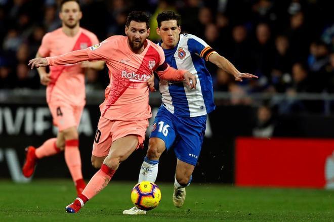 Messi, perseguido por Javi López.
