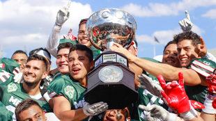 Los jugadores mexicanos levantan el trofeo.