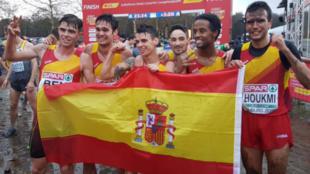 Los atletas españoles celebran el bronce por equipos