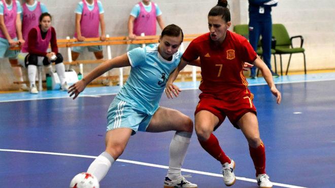 Ampi disuta el balón con Viktoria Lebedeva en el último...