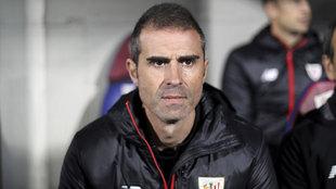 Garitano dirigiendo al Athletic en Huesca.