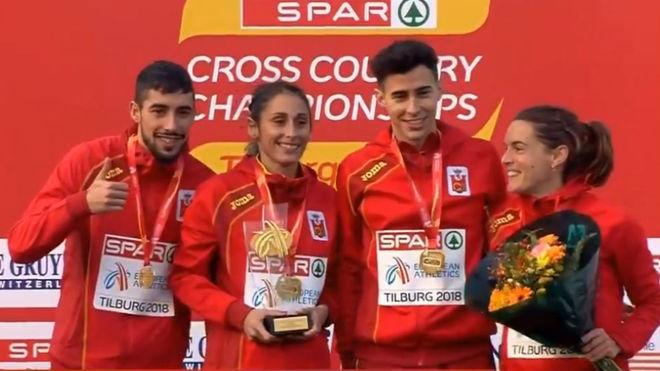 El equipo español de relevo mixto, en el podio