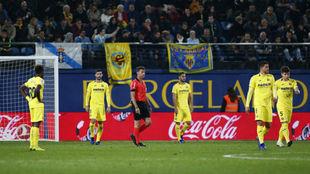 Los jugadores del Villarreal lamentando la derrota ante el Celta.
