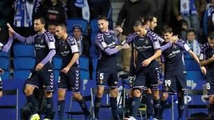Los jugadores del Valladolid celebran uno de los dos goles en Anoeta.