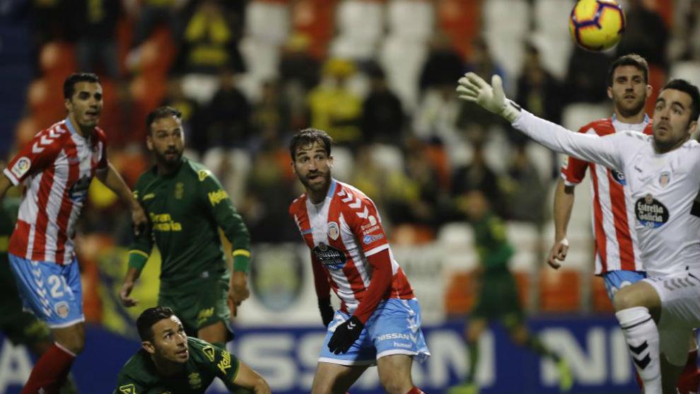 Juan Carlos despeja un balón lanzado por Rubén Castro ante la...