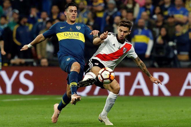 Al cruce atento Pinola para cortar la llegada de Villa. Boca vuelve a  rearmarse tras perder el balón. 0f7cfd1b72bcc