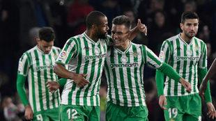 Sidnei y Lo Celso celebran uno de los goles.