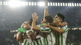Los jugadores del Betis celebrando el gol de Sidnei.