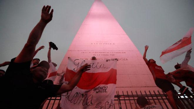 Aficionados de River Plate frente al Obelisco en Buenos Aires.
