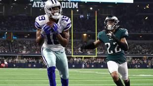 Amari Cooper logra uno de sus dos touchdowns ante Philadelphia.