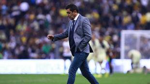 Patiño, cabizbajo tras la goleada en la cancha del Estadio Azteca.