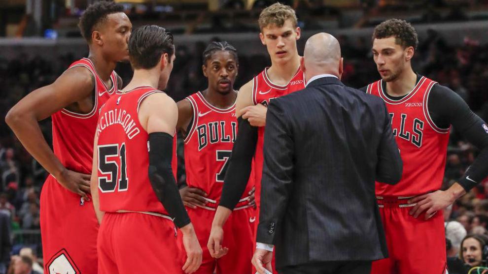 Jim Boylen habla con sus jugadores en el Bulls vs Celtics