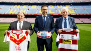 Bartomeu, junto a los presidentes de ambos equipos en el césped del...
