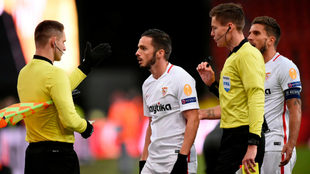 Sarabia habla con los árbitros en el último partido del Sevilla en...