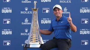 Francesco Molinari posa con el trofeo de ganador de la Race to Dubai.