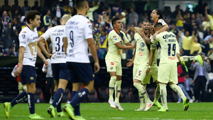 Jugadores de Pumas en lamento mientras Guido Rodríguez festeja su gol...