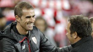 Garitano y Eusebio se saludan al comienzo del partido.