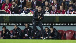Garitano arenga a sus futbolistas durante el partido.