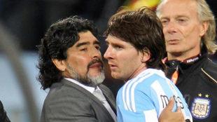Messi y Maradona en el Mundial 2010.