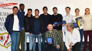 Los premiados del Rayo Vallecano posan con sus galardones.