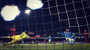 El Nápoles venció al Liverpool en el duelo disputado en Italia...