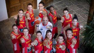 Las jugadoras de la selección femenina posan antes del Mundial de...