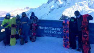 El grupo de tecnificación de snow de la FCEH durante las jornadas de...
